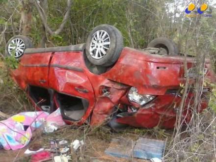 Motorista de um veículo com placas de Itaquaquecetuba (SP) morreu no local (Foto: Sargento Claudionor/6º Batalhão de Bombeiros)