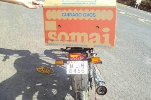Maços eram transportados em uma caixa de papelão, presa no banco de uma moto; apreensão aconteceu em Mirabela