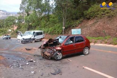 MG - Um morre e 13 ficam feridos em acidente