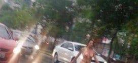 Betina andou nua entre carros, debaixo de chuva, em rua de Porto Alegre