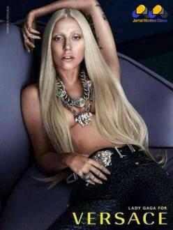 Lady Gaga tirou a blusa para um ensaio que estrelou para a grife Versace