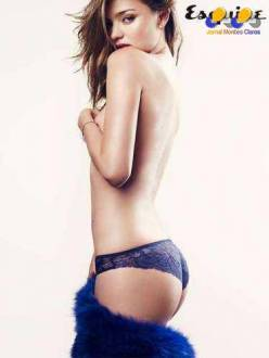 A angel Miranda Kerr posou somente de calcinha para a revista Esquire