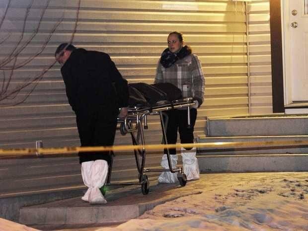 Corpo é retirado de uma das três cenas do crime; oito pessoas foram encontradas mortas. (Foto: Reuters/Dan Riedlhuber )
