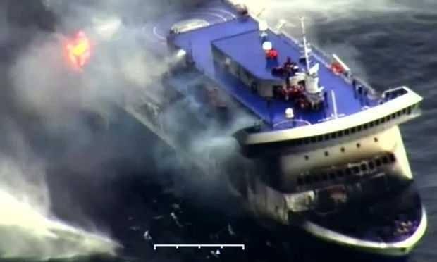 Autoridades marítimas italianas e gregas acordaram se revezar para socorrer os passageiros