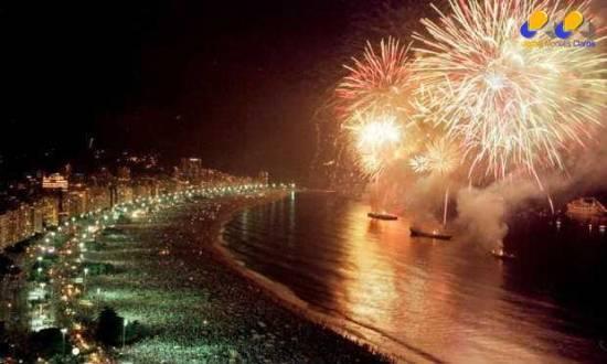 Fogos de artifício durante a virada de ano, na praia de Copacabana