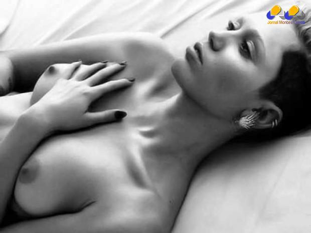Outra cantora que é bastante desenibida quando o assunto é mostrar o corpo é Myley Cyrus, que, neste ensaio, tirou o sutiã para a W Magazine