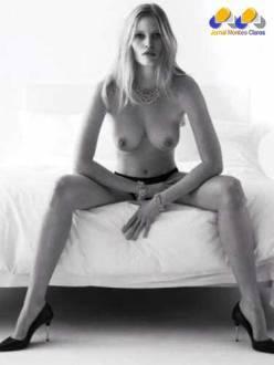 A modelo Lara Stone também mostrou seus atributos para a revista W Magazine