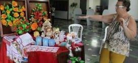 """O hall da Prefeitura Municipal de Montes Claros já se tornou um espaço conhecido e cobiçado por artesãos da cidade. Desta vez, foram contempladas as alunas da professora Ivonilde Loyola, da Terapia Ocupacional da Casa do Artesão e do Grupo Vida e Arte, coordenado por Fátima David e que faz parte do programa municipal de Saúde da Mulher. Desde a semana passada elas expõem o resultado dos trabalhos desenvolvidos. Joice Quadros, apoiadora/supervisora da Saúde da Mulher, explica que o grupo é formado por mulheres que passaram por mastectomia, e parentes. """"A aula faz parte do tratamento, mas é opcional. Quem quiser, pode aderir. Nós percebemos que trabalhar entre pares traz um resultado bastante positivo. As que chegam são acolhidas pelas que já fizeram o tratamento e essa vivência ajuda"""", diz Joice. Além de enriquecer o ambiente com os seus trabalhos, as alunas aproveitam a ocasião para comercializar os produtos a preços acessíveis. Cláudia Silva passou pelo hall e não resistiu. """"Vim aqui para resolver uma situação no 2° andar, mas achei tudo muito bonito e resolvi olhar com mais atenção"""", disse. Ao final, ela decidiu levar para casa um pano de prato bordado. Luzia Gambôa, aluna da Terapia Ocupacional da Casa do Artesão, revela que o trabalho faz jus ao nome e é de fato uma terapia. A prova de tanta dedicação é visível. São bordados e pinturas delicados, presentes em panos de prato, flores, toalhas de mesa com motivos natalinos e até enfeites para a parede. Alice David Miranda, outra das artistas, está igualmente feliz com o resultado. Para a exposição ela trouxe batas e vestidos infantis com bordados diferenciados e bem trabalhados, fugindo um pouco do que comumente é encontrado nas vitrines. A exposição, que fica no hall da Prefeitura de Montes Claros até o Natal, é tida como uma das boas opções para quem deseja comprar produtos de qualidade, com bons preços e sem tumulto."""