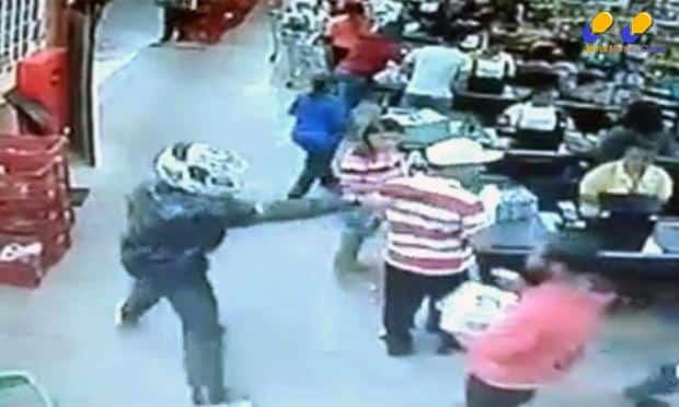 Vídeo - Assaltante troca tiros com homem dentro de supermercado e dois clientes ficam feridos