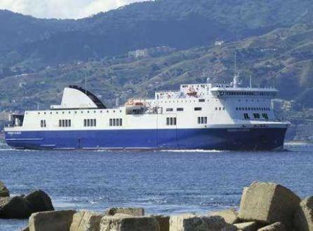 Europa - Balsa pega fogo com centenas a bordo na costa da Grécia