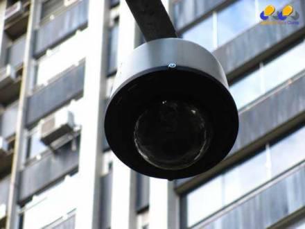 MG - Olho Vivo flagra homem fazendo sexo com adolescente no meio da rua