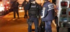 Policiais no local em que dois agentes foram assassinados no Brooklyn na tarde de sábado