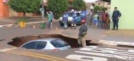 Tubulação se rompe e faz asfalto ceder e 'engolir' carro em Mato Grosso do Sul