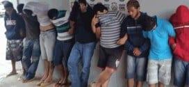 Ao todo, foram expedidos pela Justiça 15 mandados de prisão e 20 de busca e apreensão. Entre os objetos apreendidos estão armas, drogas e objetos roubados, provavelmente, das vítimas ao assalto ao ônibus em Buritizeiro.