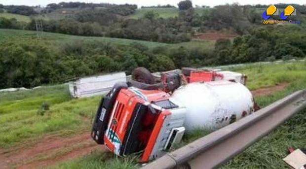 Caminhão tombou na BR-381, em Pouso Alegre