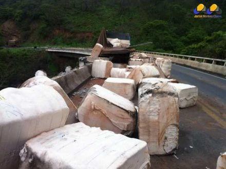 Parte da carga ficou espalhada sobre a ponte na BR-365 (Foto: Taislaine Antunes / G1)