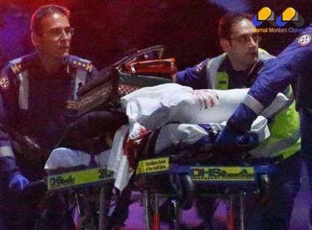 Paramédicos removem pessoa, com mancha de sangue em lençol, após invasão de café no centro de Sydney. 16/12/2014