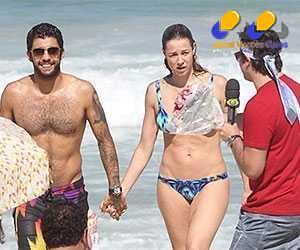 A turma do programa da Band perseguiu a atriz na praia para uma entrevista, o que a deixou nervosa.