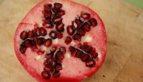 Guardar sete sementes de Romã na carteira pode trazer sorte! Na comida, a fruta também é uma boa opção