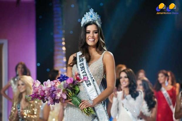 Com a faixa e a coroa, colombiana Paulina Veiga, eleita a mulher mais bonita do planeta. A jóia usada pela estudante de administração está avaliada em mais de R$ 220 mil