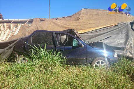 MG - Carreta tomba sobre carro parado e criança de três anos morre