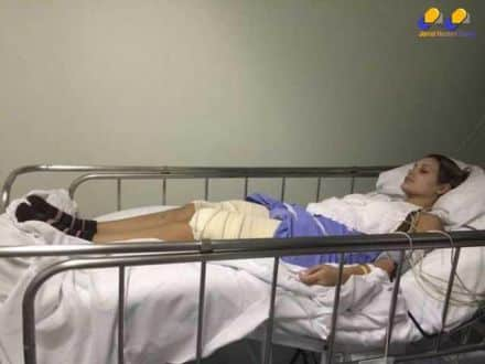 Andressa Urach aparece deitada na cama do hospital