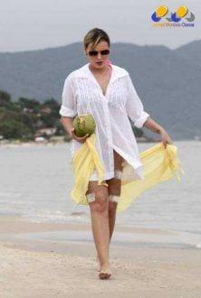 Dias atrás, ela foi fotografada andando pela praia no sul do País