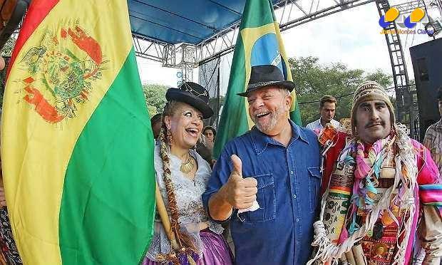 """Ex-presidente posou para fotos, pregou por maior integração do Mercosul e pediu um """"viva"""" para Evo Morales, que se reelegeu pela terceira vez na Bolívia"""