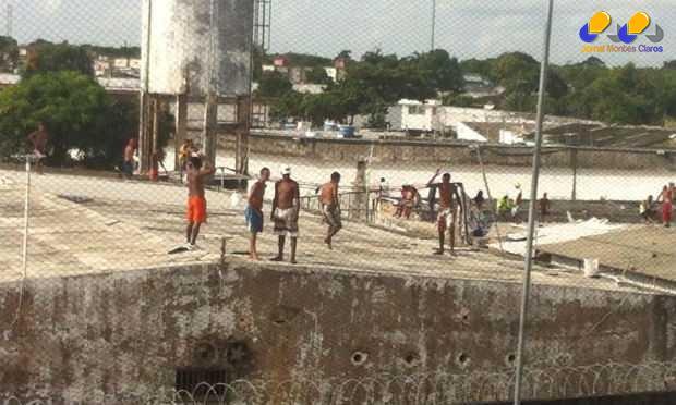 Presos subiram novamente na cobertura de um dos pavilhões do complexo na tarde terça-feira. Tensão continua no local