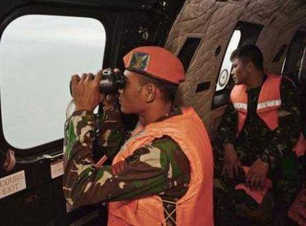 Membros da Força Aérea da Indonésia buscam pelos corpos das vítimas no Mar de Java