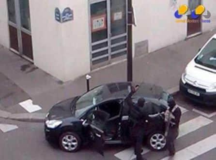 Reprodução de imagem de TV mostra homens armados após ataque ao jornal Charlie Hebdo em Paris. 07/01/2015