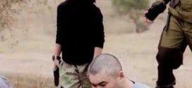 O menino aponta a arma para a cabeça dos homens e os mata