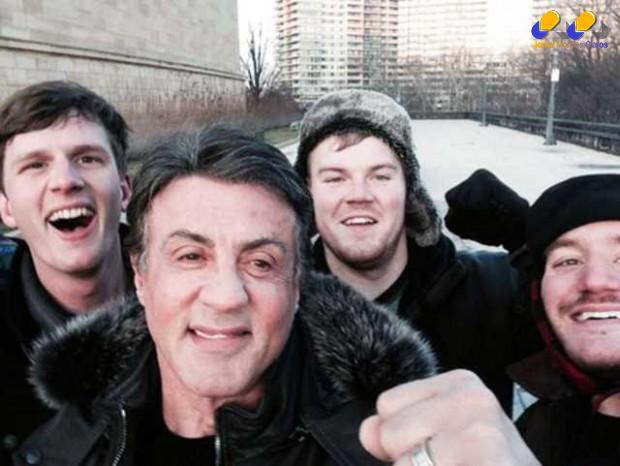 Sylvester Stallone tira selfie ao lado de fãs nos EUA