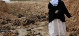 Mulher procura por informações de parentes em local que sofreu ataque do Estado Islâmico