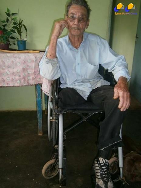 Seu Manoel da Silva, de 75 anos, natural de Coração de Jesus, residente no Bairro Santo Inácio, sofreu um acidente de trabalho, há 28 anos atrás, que o deixou incapacitado, tendo que amputar as duas pernas, desde então sua vida nunca mais foi a mesma.