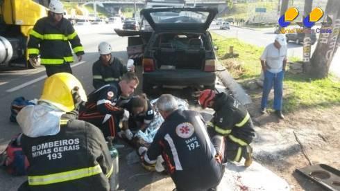 Motorista do veículo de passeio ficou gravemente ferido com o impacto da colisão (Foto: Corpo de Bombeiros/Divulgação)