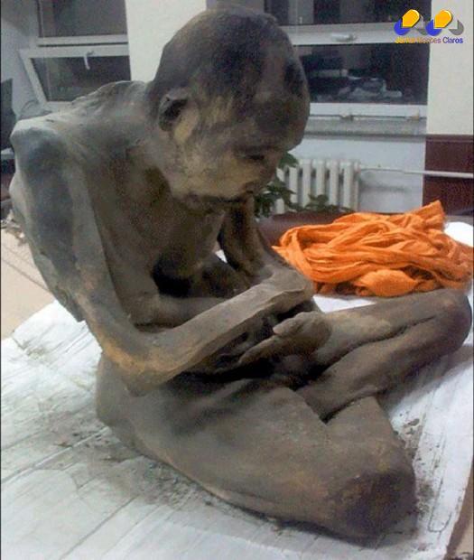 A múmia, em posição de meditação, foi encontrada intacta nesta semana Foto: The Mirror / Reprodução