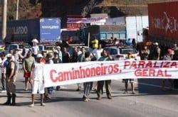 MG - Caminhoneiros protestam e interditam rodovias de Minas Gerais