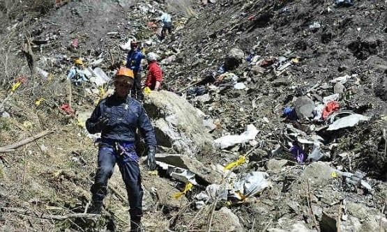 Equipes de resgate começaram neste domingo o sexto dia consecutivo de buscas na área do desastre Foto: AFP