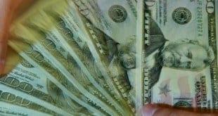 Dólar fecha no maior valor em 12 anos