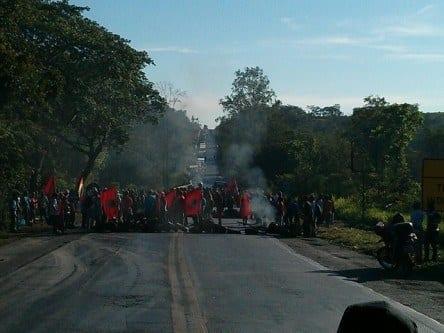 Norte de Minas - Manifestantes interditam BR-251