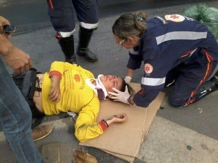 Montes Claros - Óleo na Av. Padre Chico causa acidente deixando uma pessoa ferida
