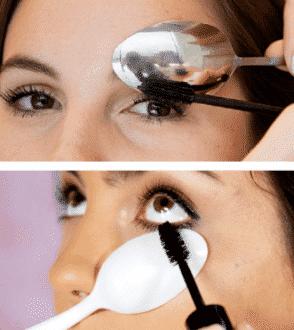 Segure uma colher embaixo dos olhos para aplicar rímel nos cílios inferiores e não sujar a pele