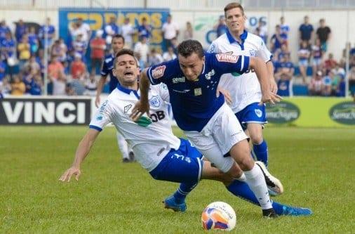 Leandro Damião encara a marcação em jogo fraco tecnicamente