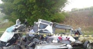 MG - Batida entre carreta e van deixa sete mortos
