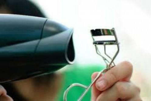Esquente seu curvex com um secador para curvar seus cílios com mais facilidade e manter o molde por mais tempo.