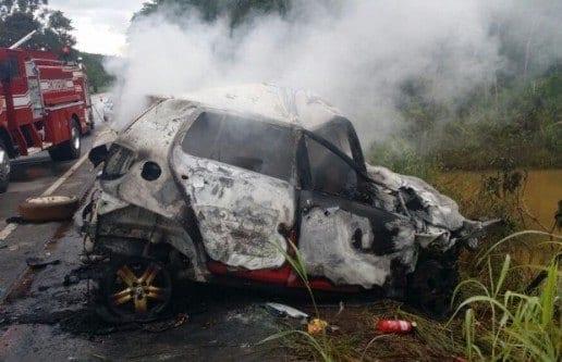 De acordo com a Polícia Rodoviária Estadual (PRE), as vítimas morreram carbonizadas; batida foi entre dois carros