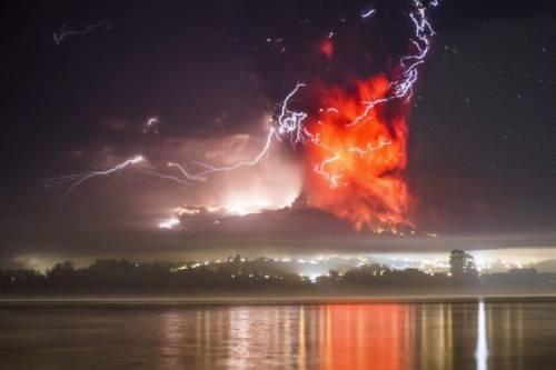 O Chile mantém estado de exceção por catástrofe nas localidades em torno do vulcão Calbuco, no Sul do país, cuja dupla erupção, na quarta-feira (22), obrigou a retirada de mais de 4 mil pessoas.