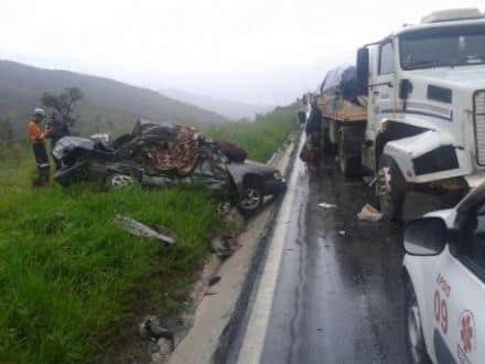 MG - Casal morre e criança sobrevive em acidente entre carro e carreta