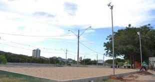 Montes Claros - Prefeitura de Moc constrói quadra de areia na Praça dos Jatobás